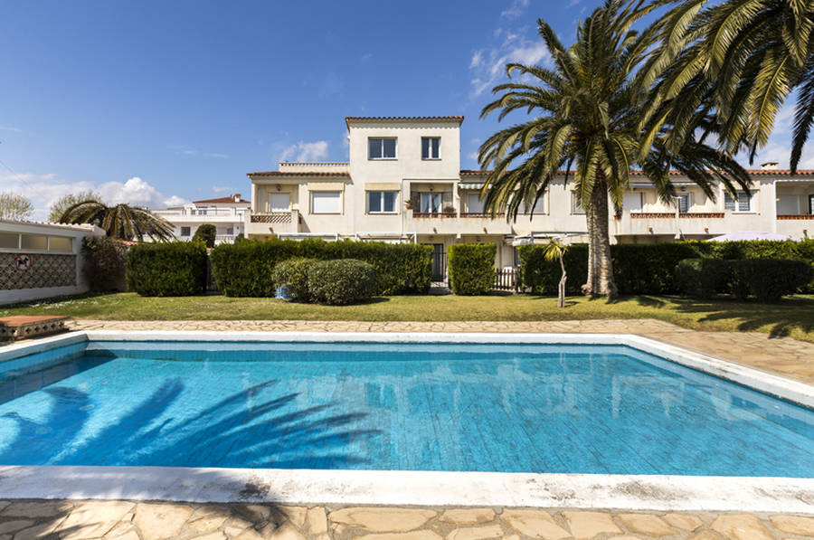 Empuriabrava, modern and bright apartment with pool and mooring, 3 bedrooms