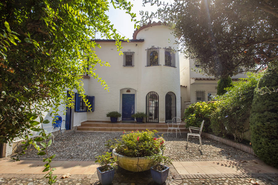 A canal-side villa with charm, pool and 2 moorings