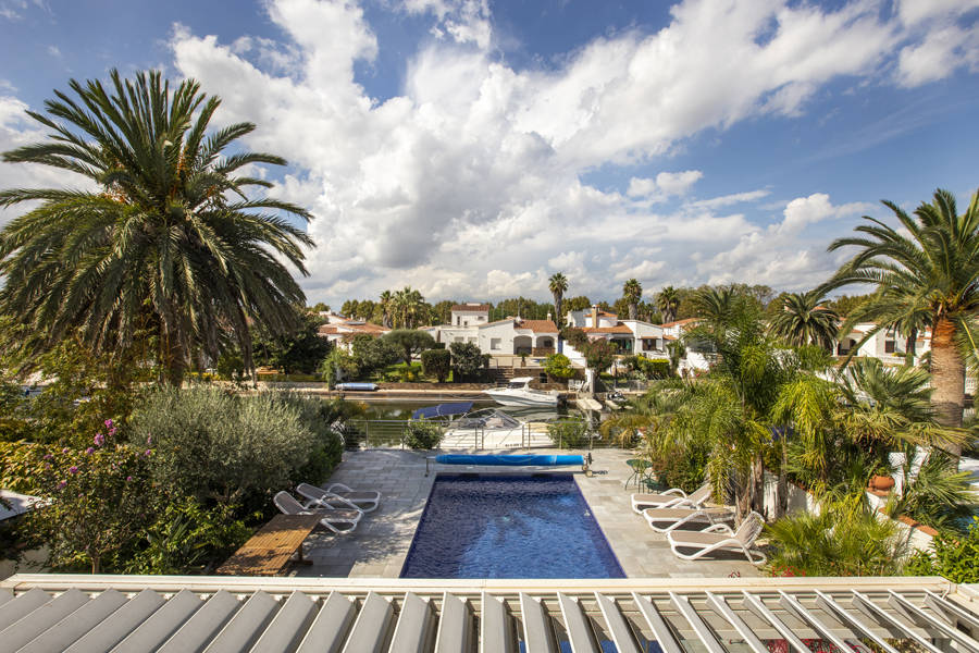 Empuriabrava, Magnificent villa Villa on wide canal, with 12,5 mooring