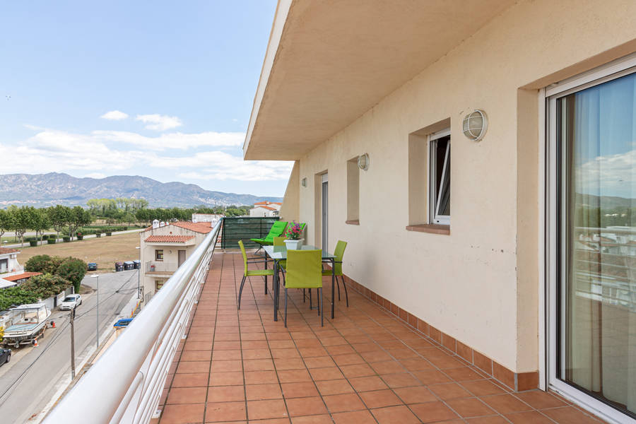Empuriabrava, apartment for sale with communal pool and mooring